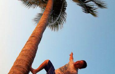 02 Memanjat pohon kelapa