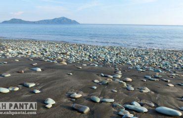 Pantai Blue Stone Penggajawa